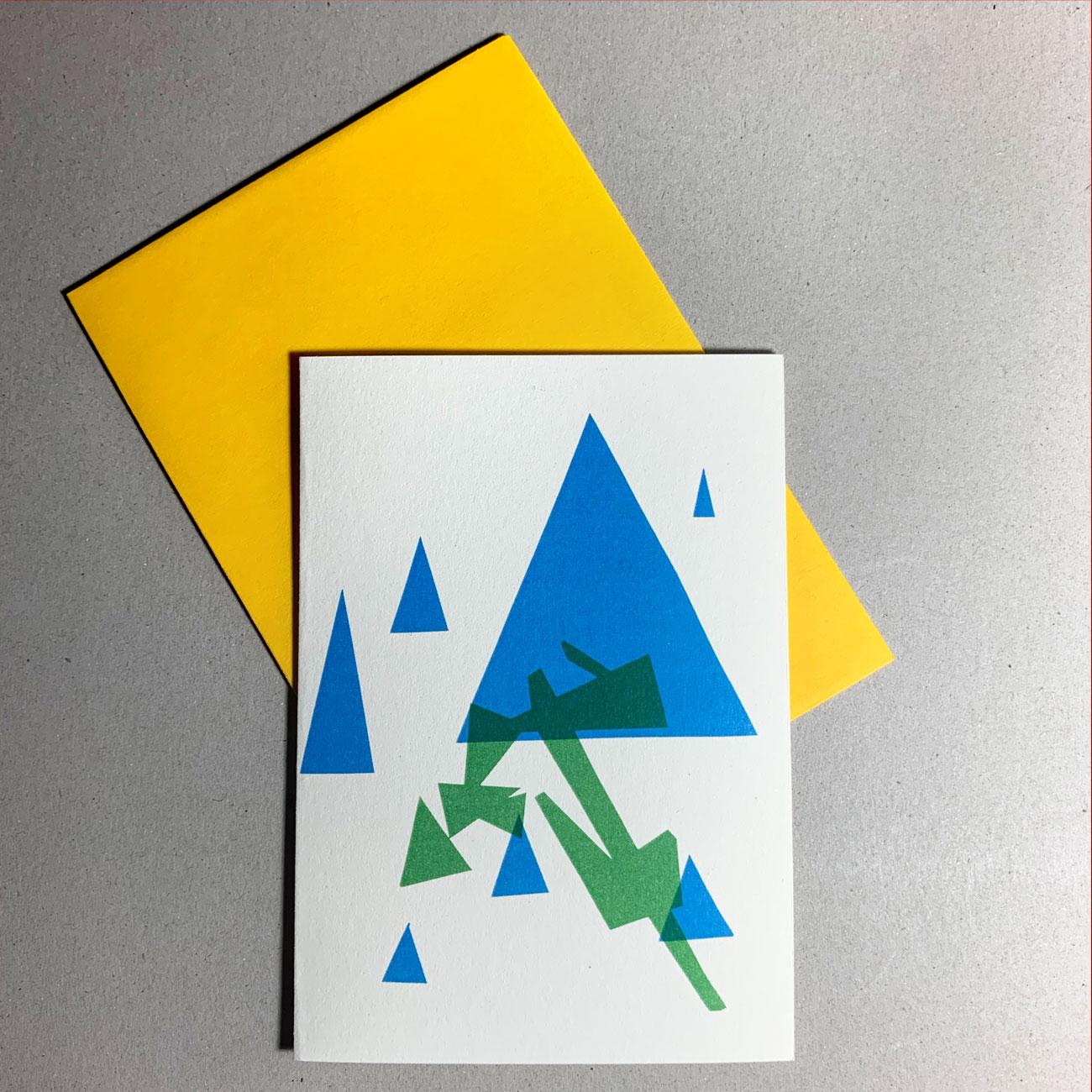 Klappkarte grafischer Baum, blaues Dreieck, grüne Grafiken, gelbes Kuvert