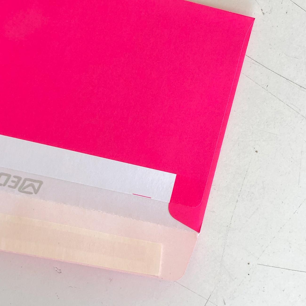 Neonkuvert, neonpink, Verschluss, Detail,